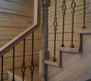 Деревянная лестница с коваными балясинами
