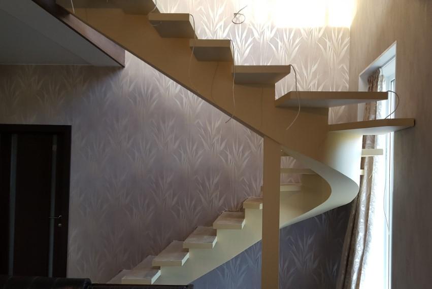 лестница на монобалке в интерьере